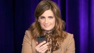 Showcase: Stana Katic lê tuítes de fãs