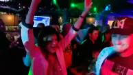 Stana Katic é surpreendida na festa de encerramento da segunda temporada