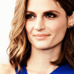 Stana conversou com Jessica Radloff no tapete azul do Spirit Awards