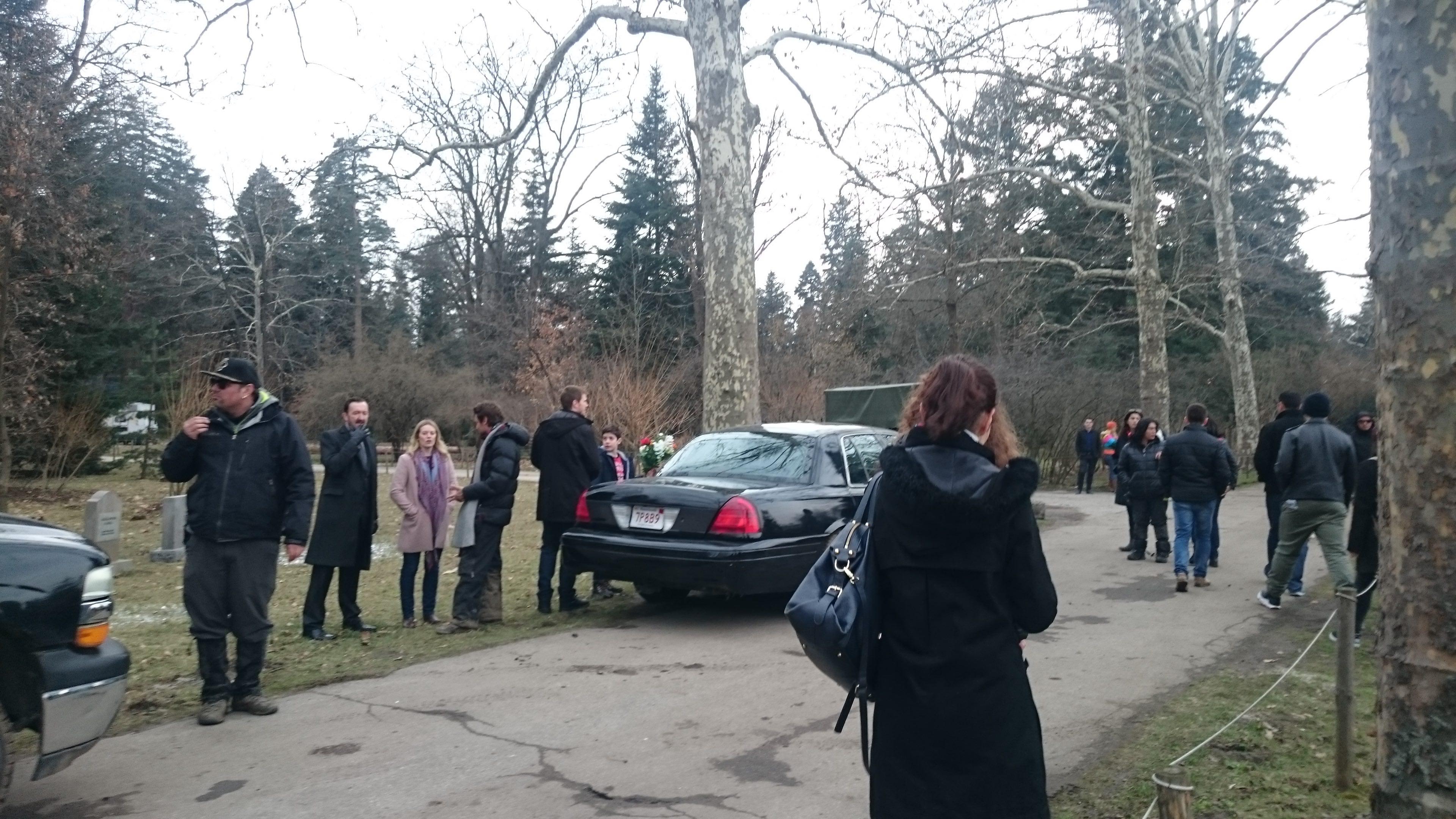 Absentia: Neil Jackson, Cara Theobold, Patrick Heusinger e Patrick McAuley gravam cena do cemitério.